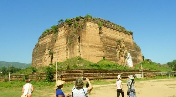 Pahtotawgyi Pagoda in Mingun